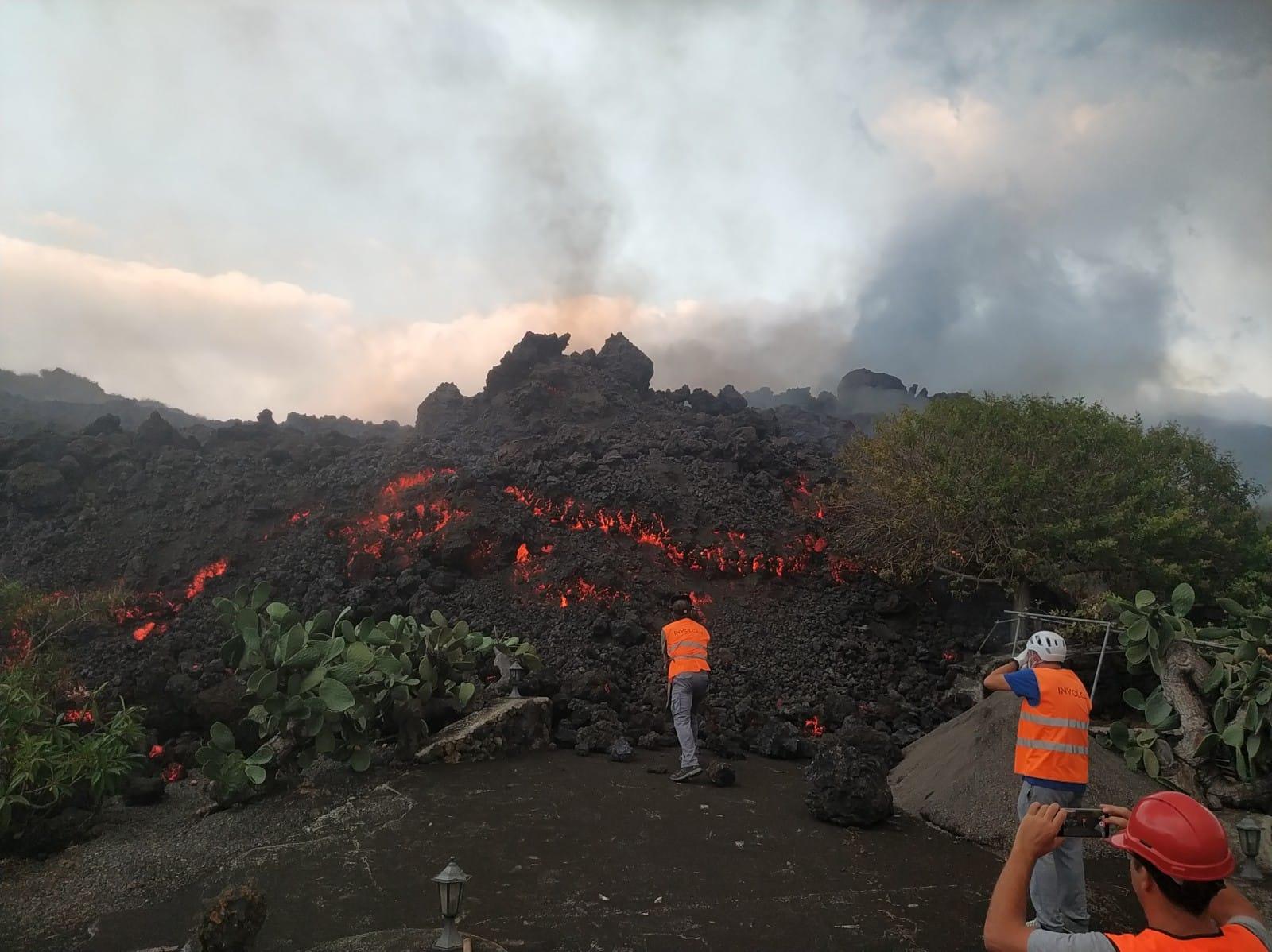 加那利岛火山在两周后继续喷发