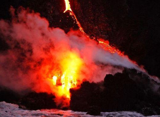 lava volcano lava from hawaiis kilauea volcano spills into the ocean kids news